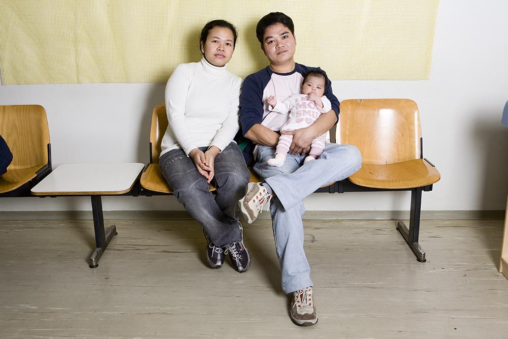May e Marlon, filippini, con la figlia Sofia nella sala di attesa del Centro di ascolto donne immigrate. Ospedale San Paolo, MIlano 24 ottobre 2008.