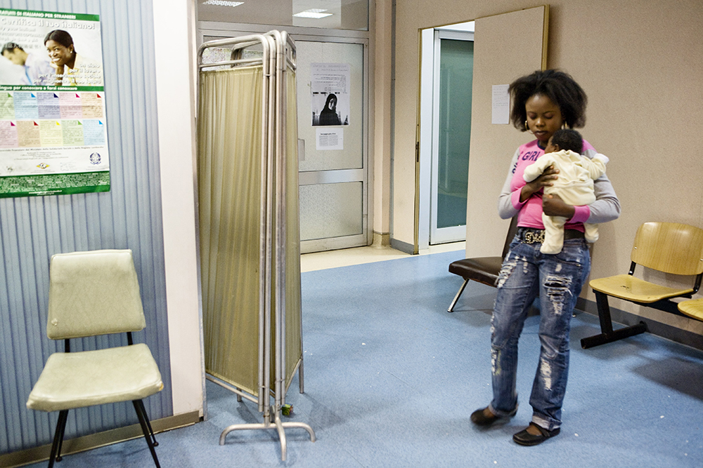 Victoria, 28 anni, nigeriana, con la figlia Erika, un mese e mezzo, nella sala di attesa del centro di Ascolto donne immigrate, Ospedale San Carlo, Milano, giugno 2008.