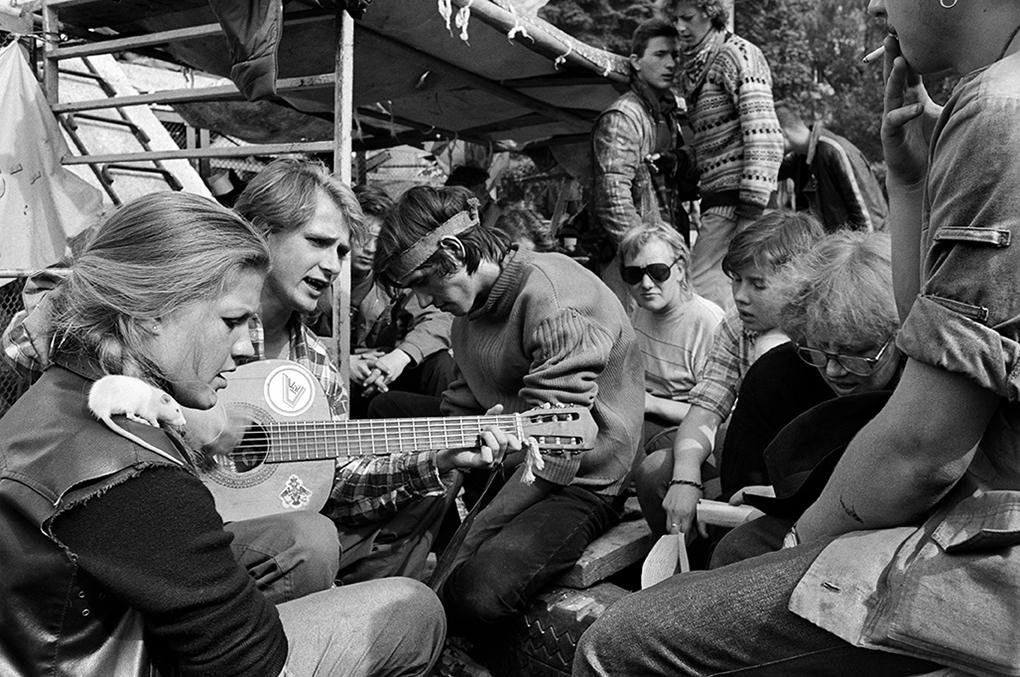Giovani anarchici cantano sulle  barricate, Mosca