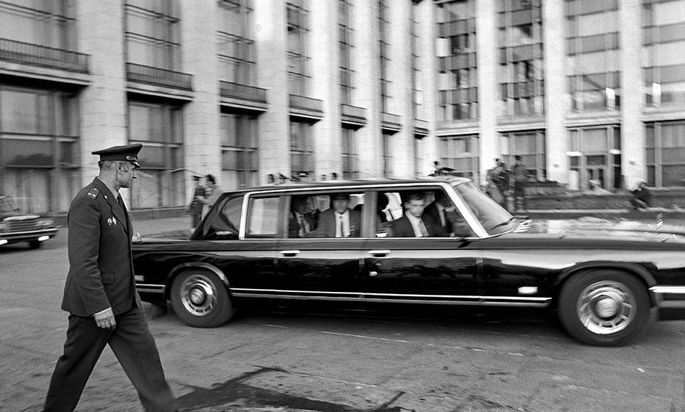 Mikhail Gorbaciov lascia il Parlamento Russo il giorno del rientro a Mosca dopo la sua liberazione, Mosca